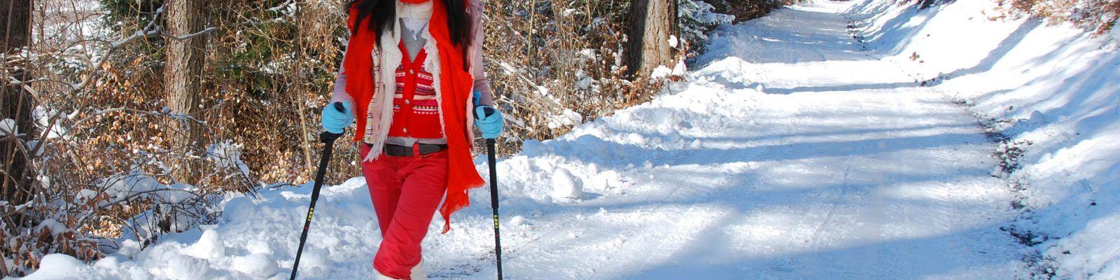 Femme marche nordique