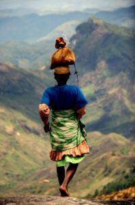 Femme Zafimaniry rentrant du marché © MahayExpedition