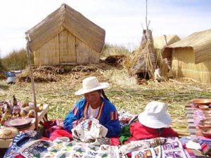 Femme du peuple uros dans les îles flottantes du Lac Titicaca au Pérou