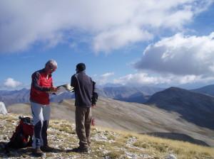 Travail de terrain et investigation au cours de la randonnée dans les Alpes du Sud
