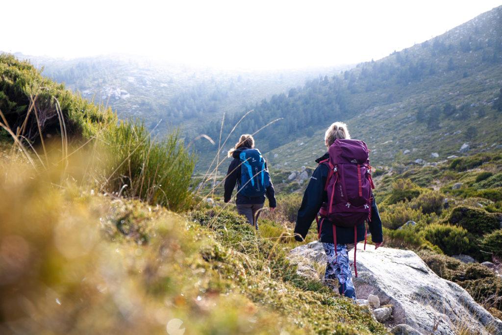 Ranger et organiser sa tenue de randonnée : randonneurs avec sacs à dos de trekking.